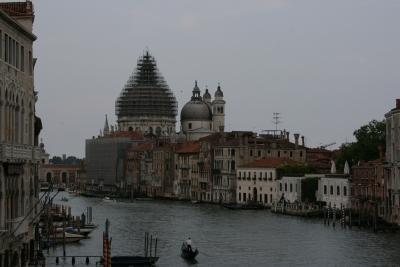 Gran canal, al fondo Santa Maria della Salute en mantenimiento